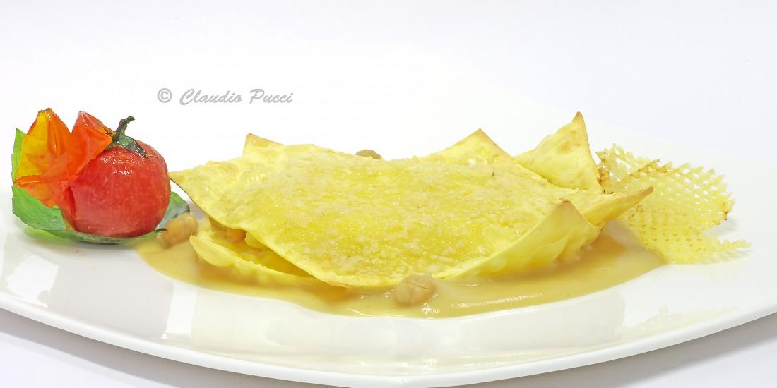 Raviolo aperto con baccalà e patata su crema di ceci